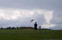 Auch bei windig kuehlem Wetter kann man Spaß haben, wenn man einen Drachen besitzt.