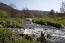 Idyllisch und ruhige Landschaft mit einem reißendem Fluss, der etwas Geräusche in die Stille bringt.