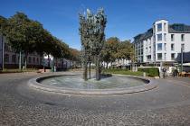 Der fast 9 Meter hohe Fastnachtsbrunnen in Mainz wurde in drei Jahren erbaut und symbolisiert die närrische Jahreszeit. Das Fastnachtsdenkmal mit mehr als 200 Bronzefiguren wurde am 14. Januar 1967 enthüllt. Zu entdecken ist die Stadtgöttin Moguntia, der Harlekin, Till Eulenspiegel, der Hanswurst, Schwellköpp und viele weitere Figuren.