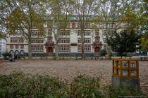 Die viergeschossige Grundschule Feldbergschule wurde im Jahre 1900 nach Plänen des Stadthochbauamtes im Neurenaissance-Stil erbaut.