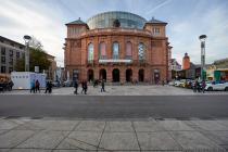 """Das jetzige Staatstheater am Gutenbergplatz 7 """"Am Höfchen"""" in Mainz hieß bis zum Jahre 1989 Stadttheater. Der ursprüngliche Bau war von Georg Moller und wurde zwischen 1829 und 1833 errichtet."""