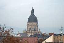 Die evangelische Christuskirche steht auf einer Parkinsel in der Mitte der Kaiserstraße.