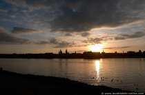 Sonnenuntergang über Mainz am Rhein von der Kasteller Rheinseite aus gesehen.