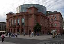 Das Anfangs 1829-1833 errichtete Theater wurde 1951 nach Kriegszerstörung wieder aufgebaut.