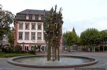 Der aus Bronze gefertigte Fastnachtsbrunnen mit über 200 Motiven steht am Schillerplatz.
