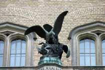 Ein riesiger Adler auf der Beute