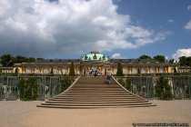 Schlosspark SansSouci mit dem eigentlichen Schloss und der Treppe die hinaufführt.
