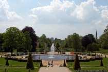 Der Springbrunnen am Fuße des Schlosses Sanssouci mit Blick auf Potsdam im Hintergrund.