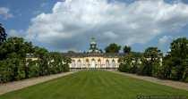 Die fürstliche Bildergalerie im Park Sanssouci in Potsdam ist eines der ältesten Museumsbauten in Deutschland. König Friedrich II ließ einen Galeriebau, für die Unterbringung einiger seiner Gemälde, in der Nähe des Sanssouci Schlosses durch Johann Büring errichten. Von außen wirkt die Bildergalerie schlicht und einfach. Wenn man einen Blick ins Innere des Gebäudes wirft ist man überrascht, welche prunkvolle Ausstattung der Innenbau zu bieten hat. Von einem glänzend gelbweißem Fußboden aus Marmor, vergoldete Ornamente bis zu antiken Skulpturen.