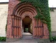 Zum südlichen Arkadengang in der Friedenskirche verläuft der Kreuzgang mit dem roten Heilsbronner Portal, welches aus Terrakotta vom Stufenportal im Kloster Heilsbronn in Mittelfranken nachgebildet wurde. Das Portal ist ein Zugang zum Marlygarten.