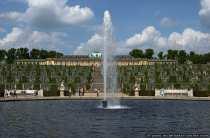 Die Gesamtanlage mit Blick auf den Brunnen, die Sonnenmauern mit Weinreben und das Schloss Sanssouci.