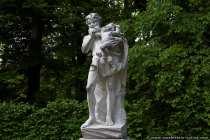 Eine weitere Parkskulptur, diesmal mit einem Kind auf dem Arm.