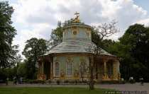 Das chinesische Teehaus. Die vergoldeten Figuren sind schon von weitem erkennbar und locken jeden in das fast märchenhafte Gebäude, welches als Kulisse für kleinere Festlichkeiten und als schmückende Gartenarchitektur diente.