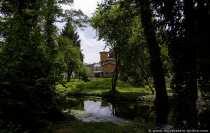 Blick auf die römischen Bäder. Die Bäder wurden als Gebäudekomplex im italienischen Landhausstil im Jahre 1829 bis 1844 erbaut. Der Gebäudekomplex besteht aus einem Gärtnerhaus mit Gästezimmern, einem Wasserturm, einem Gehilfenhaus, einer Arkadenhalle und das römische Bad. Außerhalb ist eine Terasse mit Teich und Garten vorzufinden.