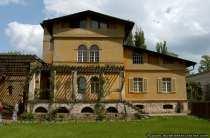 Die einzelnen Gebäude der römischen Bäder sind mit verschiedenen Gartenteile, Arkaden und Pergolen miteinander verbunden.