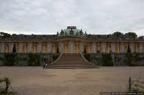 Das Schloss Sanssouci in Potsdam wurde von dem preußischem König Friedrich der Große von 1745 bis 1747 erbaut. Dem König war das Schloß Sans Souci 'Schloß ohne Sorge' sein liebster Sommersitz. Er wollte in einer Gruft auf der oberen Weinbergterrasse beigesetzt werden. Sein Wunsch ging erst 1991 in Erfüllung.