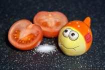 Der Salzstreuer mit den Glubschaugen und die unschuldige Tomate im Rampenlicht