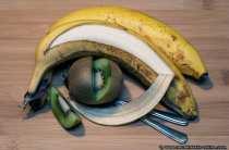 Die Pacman-Kiwi und die aufgeschlitzte Banane im Fokus der Kamera.