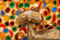 Die Katze aus Metall mit verwirrendem Hintergrund