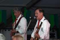 Helmut Reiner im Vordergrund und Reiner Egert im Hintergrund spielen bei der Band 'The Jets'