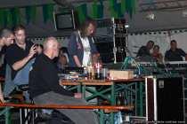 Die Crew der Oldieband 'The Jets'. Aushilfe am Mischpult.