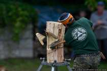 Ein 30cm Holzblock muss von der Seite gefaellt werden - Die Top-Zeit betraegt 30 Sekunden