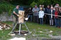 Der Holzblock wird bearbeitet mit Schmackes und einer Portion Muskelkraft.