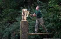 Erst muss man sich mit Trittbrettern nach oben kämpfen und dann den Holzblock durchschlagen