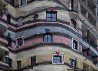 Ein ungewöhnliches Haus nach einer Idee von F. Hundertwasser, der im Jahre 2000 an einem Herzversagen starb.