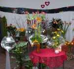 Blumen in einem ehemaligen Verkaufsladen im Hundertwasserhaus Darmstadt