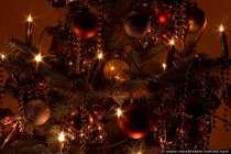 Lichterkette und Weihnachtsschmuck. Weihnachtliche Stimmung kommt in der dunklen und kalten Jahreszeit auf, sobald die Fenster und die Städte bunt leuchten und geschmückt werden, sowie wir die ersten Tannenbäume erblicken. Weihnachten bedeutet Liebe, Besinnung und leider auch Einkaufsstreß. Für die Kleinen ist Weihnachten ein Meer an bunt flackernden Lichtern und eine Fülle an Geschenken.