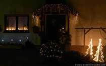 Zur Weihnachtszeit kann man überall leuchtende Dekorationen finden und nicht nur am Fenster, sondern auch im Garten, auf dem Dach und an der Eingangstür.