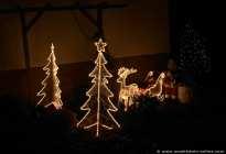 Der Weihnachtsmann mit den leuchtenden Rentieren und strahlende Christbäume.
