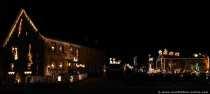 Einige Personen, meistens mit Kindern, stiegen auch aus und schauten sich das geschmückte Haus mit den Weihnachtsmännern, Lokomotiven, Schneemännern, Elchen, Rentieren, die nicht nur bunt schillernd leuchten, sondern sich sogar bewegen, von der Nähe an. Ein Glühweinstand und eine Bratwurstbude und die Besucher wären noch länger geblieben.