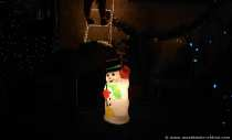 Leuchtender Schneemann als Weihnachtsdeko im Vorgarten.