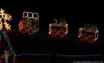 Die leuchtende Weihnachtslok ist ein Augenschmaus für kleine Kinder.