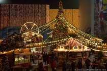 Ein kleiner Weihnachtsmarkt mit Kinderkarussell, einem großen beleuchtenden Christbaum und was ein Weihnachtsmarkt sonst noch zu bieten hat. Auf gar keinen Fall darf ein Glühweinstand fehlen.