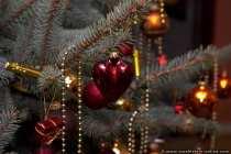 Detailbild von einem Christbaum. Blickfang ist das rote Herz.