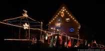 Die Familie, die in diesem Haus wohnt, scheint von Weihnachten verzaubert zu sein und verzaubert jeden, der dieses Haus sieht. Ein Ortsansässiger verriet, das jedes Jahr noch etwas Neues hinzukommt. Wer das erste mal vor diesem Weihnachtshaus steht, wird nicht nach fünf Minuten wieder gehen, zuviel gibt es zu entdecken. Die leuchtenden Figuren, die Sterne, die Lichterketten und sonstige Weihnachtsaccesoires ziehen einen in den Bann - einfach faszinierend. Hier kommt garantiert Weihnachtsstimmung auf.