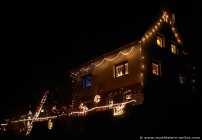 Schon wenn man das Ortseingangsschild passiert, sieht man das Weihnachtshaus, welches weihnachtlich bunt und vielseitig mit Liebe geschmückt, auf einer Anhöhe steht. Nicht nur Kinder werden magisch von diesem Haus angezogen, auch Erwachsene kommen und stehen staunend mit großen Augen vor dem Weihnachtshaus in Dallau (nähe Mosbach / Baden Württemberg).