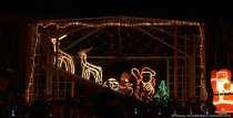 Der Pavillion, der Grill, Bäume und andere Dinge wurden beim schmücken miteinbezogen. Gut zu erkennen sind auch die herkömmlichen mit den neuen stromsparenden LED-Lichterketten, trotzdem wird der Stromzähler flitzen. Die leuchtenden Renntiere im Pavillion mit dem Weihnachtsmann im Schlitten sind schon ein hingucker.