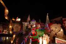Das Weihnachtshaus macht Veitshöchheim zum Winter-Wonderland und ist nicht mehr zu toppen. Das Weihnachtshaus in Unterfranken ist jährlich ein Hingucker und Besuchsmagnet für Klein und Groß. Hier wird Weihnachten pur gelebt und geliebt. In dem Weihnachtswunderland werden jährlich über zwei Kilometer Stromleitungen verlegt und es leuchten über 70.000 Lichter. Etliche weihnachtlich liebliche Figuren, welche sich auch bewegen, tanzen, Lieder singen, oder sprechen, kann man bewundern. Als wäre es nicht schon genug, gibt es Glühwein, Punsch und Weihnachtsplätzchen. Das Weihnachtshobby der Besitzer wurde zur Weihnachtssucht und das Christmas-Haus hat einen enormen Stromverbrauch von 500.- Euro im Weihnachtsmonat. Eine Spende für kleine und große Augen ist ein lobenswerter Obolus für die Familie Erdle.