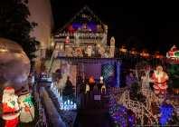 Bombastisch geschmücktes Weihnachtshaus und Garten.
