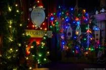 Weihnachtsdekoration mit bunten Lichterketten. Die hintere Eigenkreation besteht aus einer einzigen Holzpalette. Angezeichnet, ausgeschnitten, mit einem Brenner das Holz angesenkt, die einzelnen Teile zusammengeschraubt und eine Lichterkette hinzugefügt. [EOS5D Mark4 | ISO125 | f16 | 20s | 50mm // Die lange Belichtungszeit von 20 Sekunden und die extrem geschlossene Blende von f16 lässt die Lichter wie Sterne funkeln.]