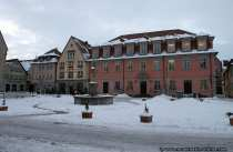 Weikersheim am Marktplatz mit dem Rathaus und Marktbrunnen.