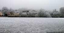 Bei eiskalten Temperaturen verwandelt sich ein Dorf in weiß