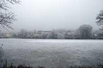 Die lang anhaltenden Minusgrade ließen den See vor dem Dorf vollständig zugefrieren.