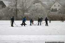 Eishockey auf einem zugefrorenen See.
