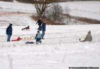 Zum Rodeln oder für eine Schneeballschlacht sollte man winterlich eingepackt sein.