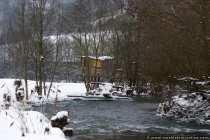 Ein Baumhaus an einem reißenden Fluss